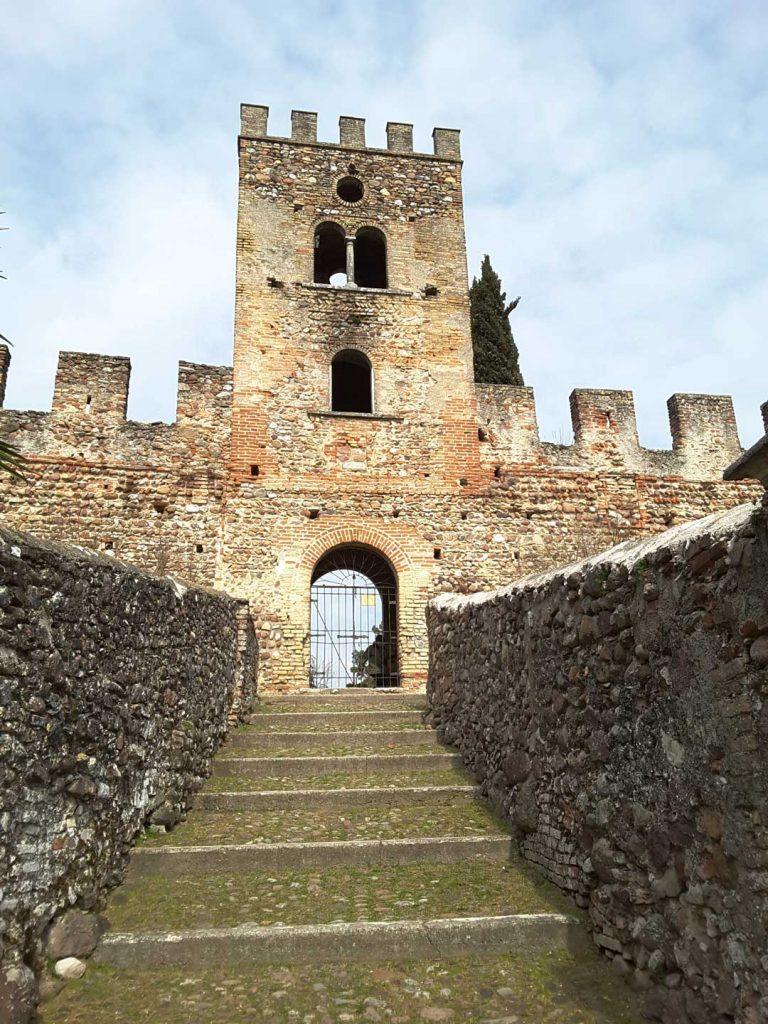 Scalinata e Torre del Castello di Castellaro Lagusello